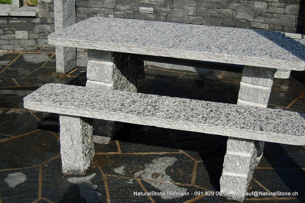 Tischgarnitur Rustico auf Maggia Gneis Bodenplatten