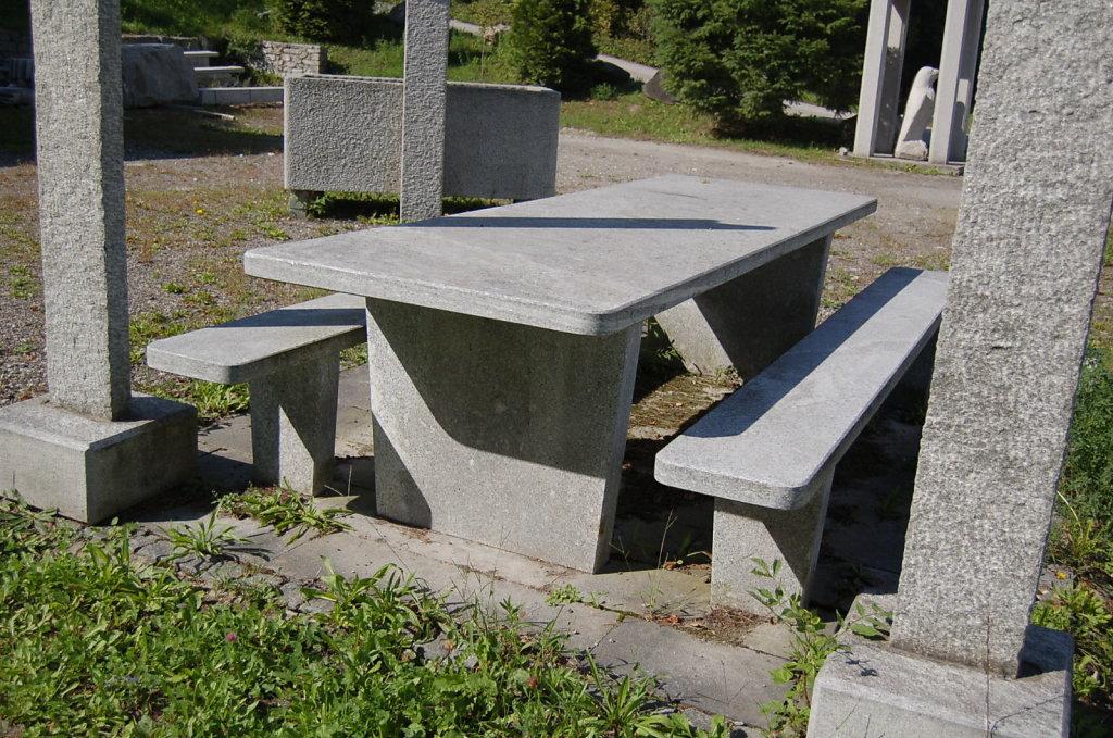 01-Tisch-Moderno-freistehend-rechteckig-tessiner-granit-hellori.jpg