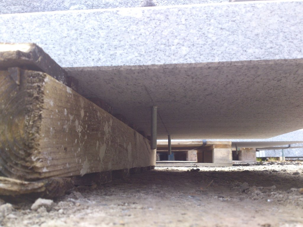 08-Granittisch-Moderno-freistehend-Verpackt-Nov-Tisch-Unterseite-Schraubeori.jpg