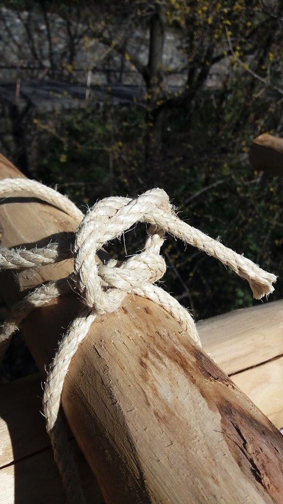 3.4 Pergola Holz: Befestigung mit Korkseil.
